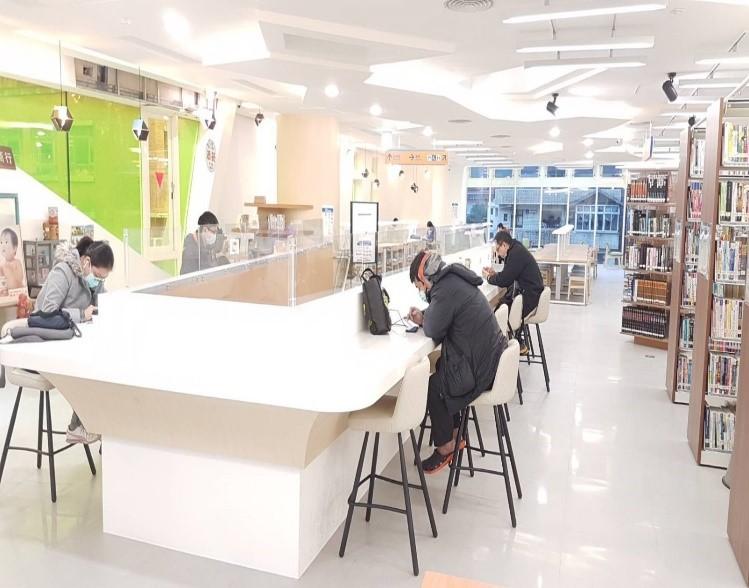 瑞芳分館3樓吧臺筆電區照片